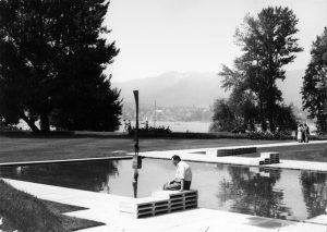 Ein nachdenklicher Ernst Cramer in seinem «Garten des Poeten» © Schweizerische Stiftung für Landschaftsarchitektur SLA, Rapperswil