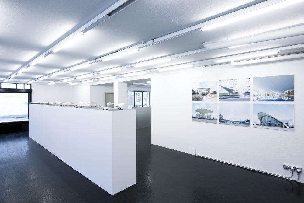 Ausstellungsraum, vorne / Blick in die Ausstellung «Ulrich Müther. Schalenkonstruktionen», 2008/03 © Bild: Dominic Ott