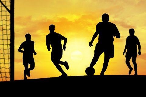 Fußball-vor-Sonnenuntergang