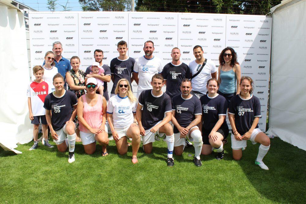 Der Sieger des 13. ist auch der Sieger des 14. Architektenfussballturniers: Das Team des Hochbauamt Kanton Zürich mit dem Captain der Mannschaft, David Vogt in der Mitte. Wir gratulieren herzlich!