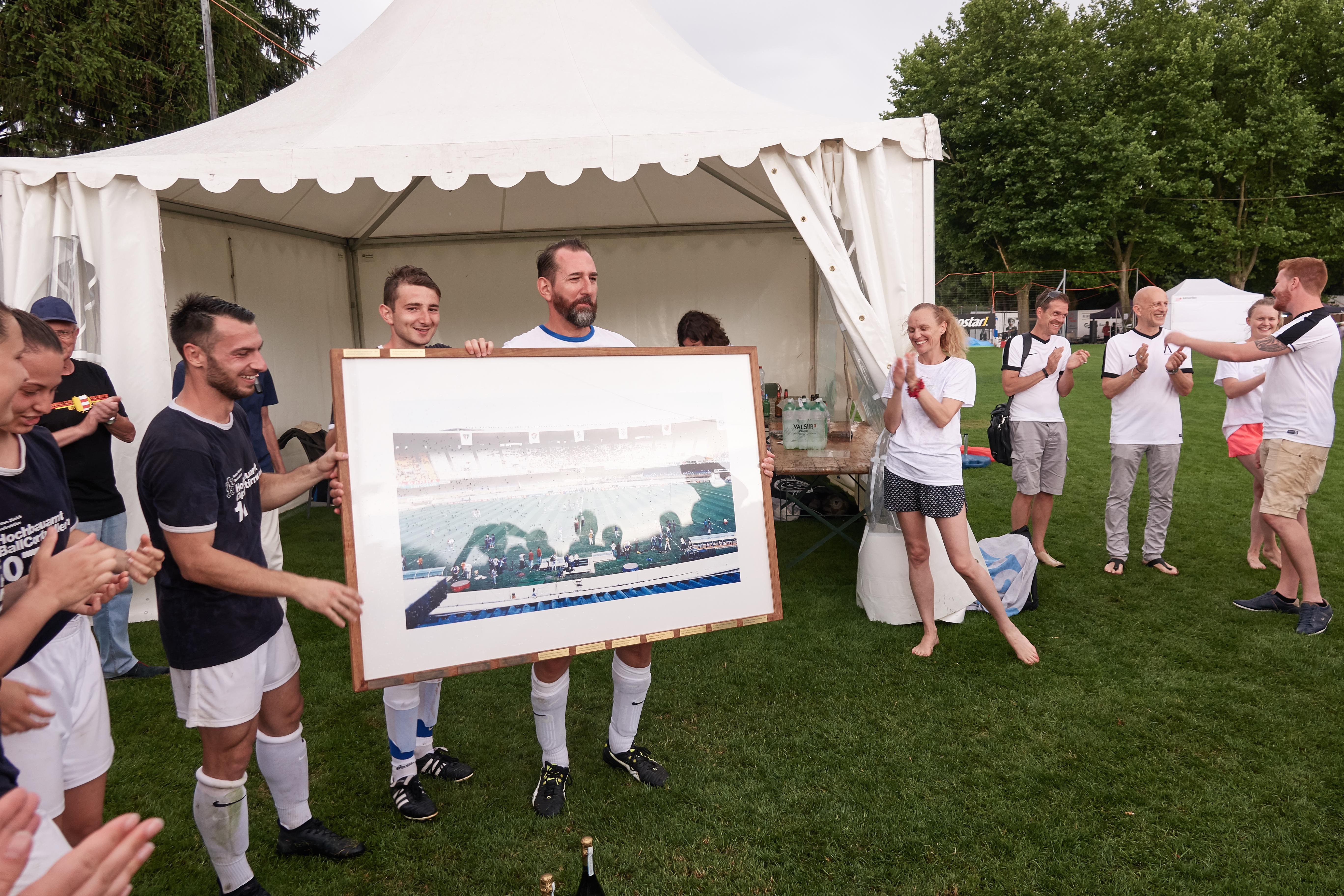 Der Sieger des 14. Architektenfussballturniers, das Hochbauamt des Kanton Zürich. Der Captain der Mannschaft, David Vogt, darf den Wanderpokal wieder mitnehmen.